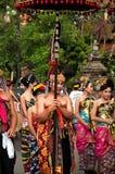 Parata della gente di balinese in vestito tradizionale Fotografia Stock