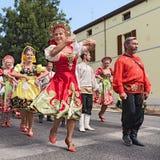 Parata della via dell'insieme russo di danza popolare Immagine Stock