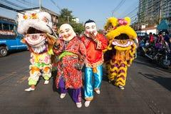 Parata di ballo di leoni sulla via Immagine Stock
