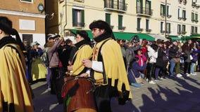 Parata di camminata di Marie del delle di Festa di celebrazione di carnevale di Venezia, Italia stock footage