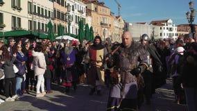 Parata di camminata di Marie del delle di Festa di celebrazione di carnevale di Venezia, Italia video d archivio