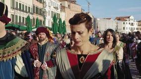 Parata di camminata di Marie del delle di Festa di celebrazione di carnevale di Venezia, Italia archivi video