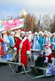 Parata di gelo del padre e delle ragazze della neve Immagini Stock Libere da Diritti