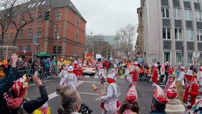 Parata di Karneval o di carnevale nella città centrale della via di Cologne/Köln karneval video d archivio