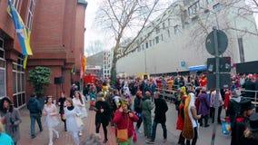 Parata di Karneval o di carnevale nella città centrale della via di Cologne/Köln karneval stock footage