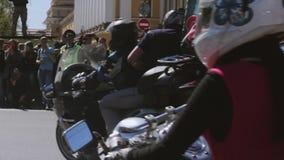 Parata e manifestazione dei motociclisti Lupi MG Russia di notte video d archivio
