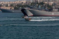 Parata militare delle navi nel giorno della marina in Russia a Sebastopoli Immagine Stock