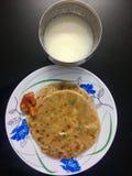 Paratha Aaloo с соленьем и творогом манго стоковые изображения