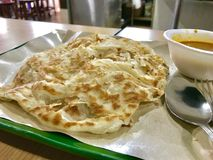 Paratha, ein indisches Brot mit Curry Lizenzfreie Stockfotos