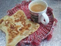 Paratha Wazeliniarski chleb z herbacianą filiżanką słuzyć w changair zdjęcia royalty free