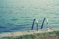 Paraticostad - plaats op de Iseo-bank voor het zonnebaden en het zwemmen stock afbeelding