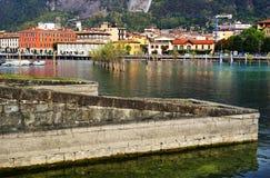 Paraticotoevlucht op de kust van Iseo-Meer De Sarnicostad is op achtergrond royalty-vrije stock foto's
