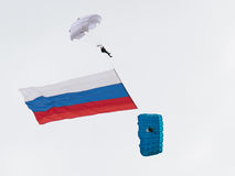 Paratroopers with the Russian flag Royalty Free Stock Photos