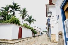 Paraty, Brasil na costa de Brasil, tem a arquitetura colonial muito colorida Foto de Stock Royalty Free