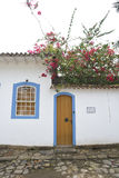 Paraty, Brasil na costa de Brasil, tem a arquitetura colonial muito colorida Imagem de Stock