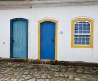 Paraty, Brasil na costa de Brasil, tem a arquitetura colonial muito colorida Fotos de Stock Royalty Free