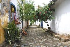 Paraty Brasilien på kusten av Brasilien, har mycket färgrik kolonial arkitektur Arkivfoton