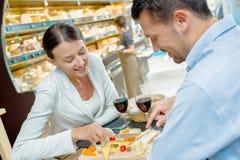 Paravsmakningmat i supermarket royaltyfria foton