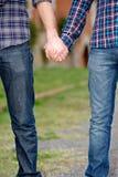 parbögen hands holdingoutdise Fotografering för Bildbyråer