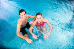 Parbadning i simbassäng Fotografering för Bildbyråer