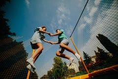Parbanhoppning på trampolinen i parkera Royaltyfri Bild
