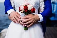 Parbröllopfors Lantligt land, brud- buketter Brud, brudtärna och brudtärna Moderna bedöva buketter med rosor, pe arkivbild