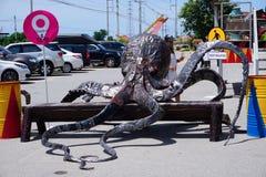 Parc à thème en acier réutilisé de robots en métal au spectacle d'animaux de Hua Hin Tique : géant de calmar de fer photographie stock libre de droits