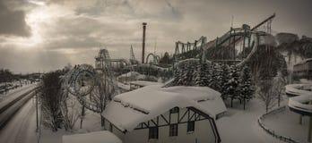 Parc à thème en hiver couvert dans la neige Image stock