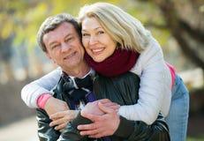 Parc affectueux mûr de couples au printemps Images stock