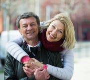 Parc affectueux mûr de couples au printemps Photos stock