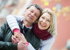 Parc affectueux mûr de couples au printemps Images libres de droits