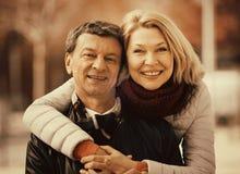 Parc affectueux mûr de couples au printemps Photo stock