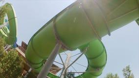 Parc aquatique, vue inférieure de montagnes russes banque de vidéos