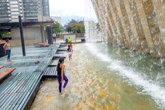 Parc aux pieds nus intéressant dans la ville de Medellin Photos stock