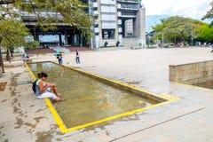 Parc aux pieds nus intéressant dans la ville de Medellin Photo libre de droits