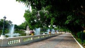 Parc avec des fontaines dans le jardin royal images stock