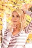 Parc blond de femme photographie stock libre de droits