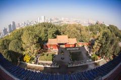 Parc brumeux chinois avec des pavillons Photographie stock