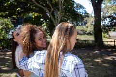 parc, campagne, été, ensoleillé, lumière du soleil, arbre, vêtements décontractés, bouclés, position, souriant, cheerfu Image libre de droits