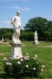 Parc d'été avec les sculptures de marbre Photo libre de droits