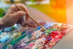 Parc d'été de peinture d'artiste photos stock