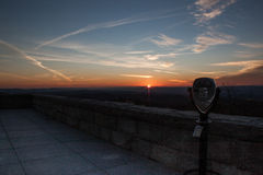 Parc d'état de clou dans le coucher du soleil en retard d'automne sur la plate-forme d'observation Images stock