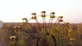Parc d'attractions abandonné dans la ville Pripyat banque de vidéos