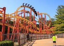 Parc d'attractions de drapeaux des montagnes russes six Photos stock