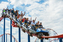 Parc d'attractions de drapeaux des montagnes russes six de tour de Thrillseekers photographie stock