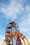 Parc d'attractions : Roue et signe colorés de Luna Park Photo stock