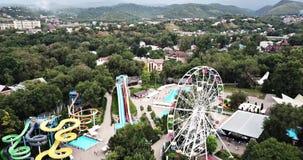 Parc d'attractions Vue de grande roue et d'Aqua Park avec un bourdon banque de vidéos