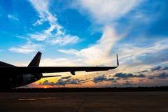 parc d'avion d'air dans la piste d'aéroport Photos stock