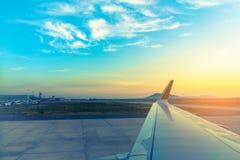 parc d'avion d'air dans la piste d'aéroport Images libres de droits