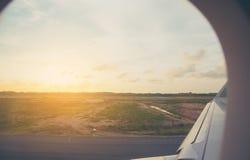 parc d'avion d'air dans la piste d'aéroport Photographie stock libre de droits